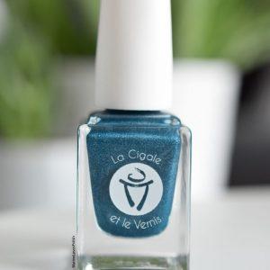 Avec Durance, vos ongles sont parfaitement assortis au bleu scintillant de cette rivière emblématique de notre Provence. Collection Garrigue de LCL Vernis